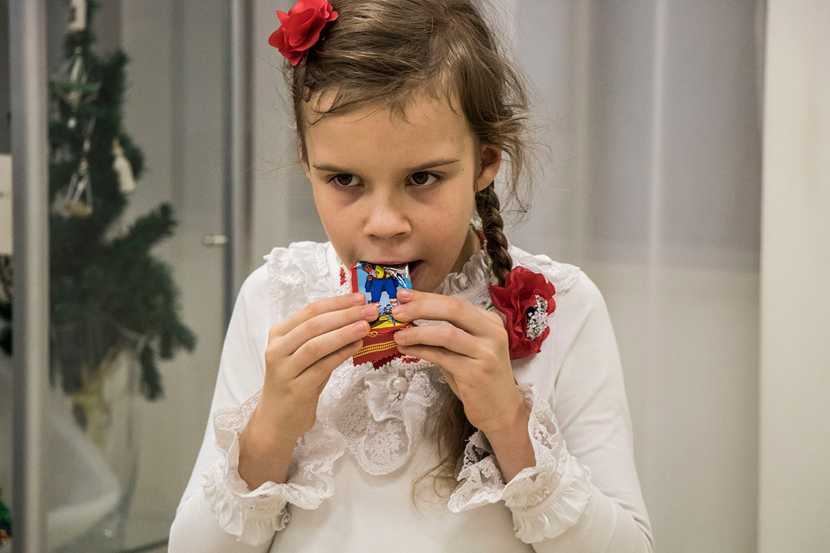 Детей угощали конфетами
