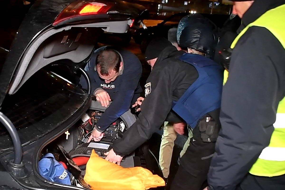Водитель Информатора помогает полиции найти и отключить аккумулятор, чтобы избежать возгорания
