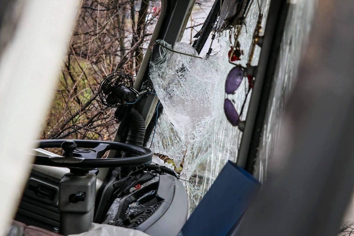 У автобуса почти полностью разбито лобовое стекло