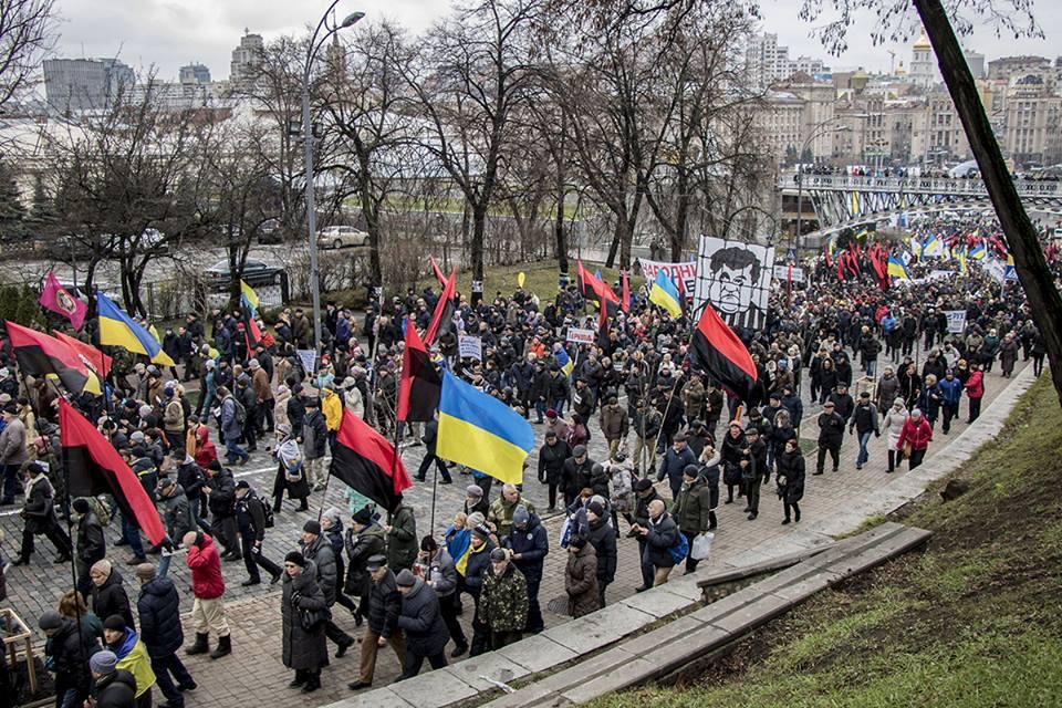 """Среди флагов протестующих есть флаги """"Правого сектора"""""""