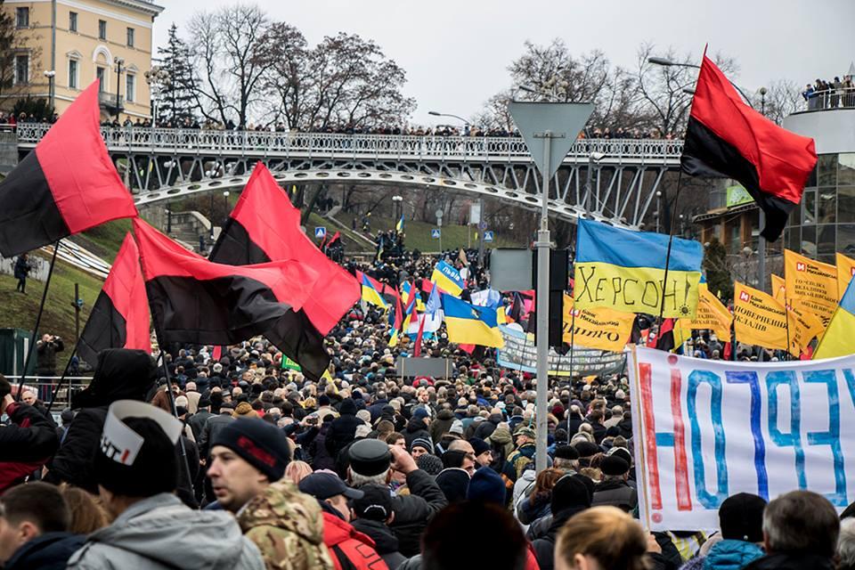 Протестующие движутся по Майдану