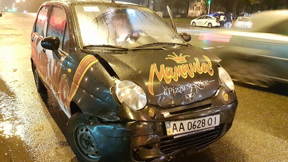 Такси Volkswagen на литовских номерах не пропустил пиццевоз Daewoo Matiz