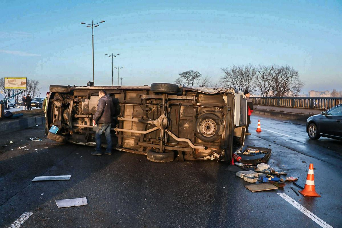 От удара Mercedes Sprinter перевернуло на дороге