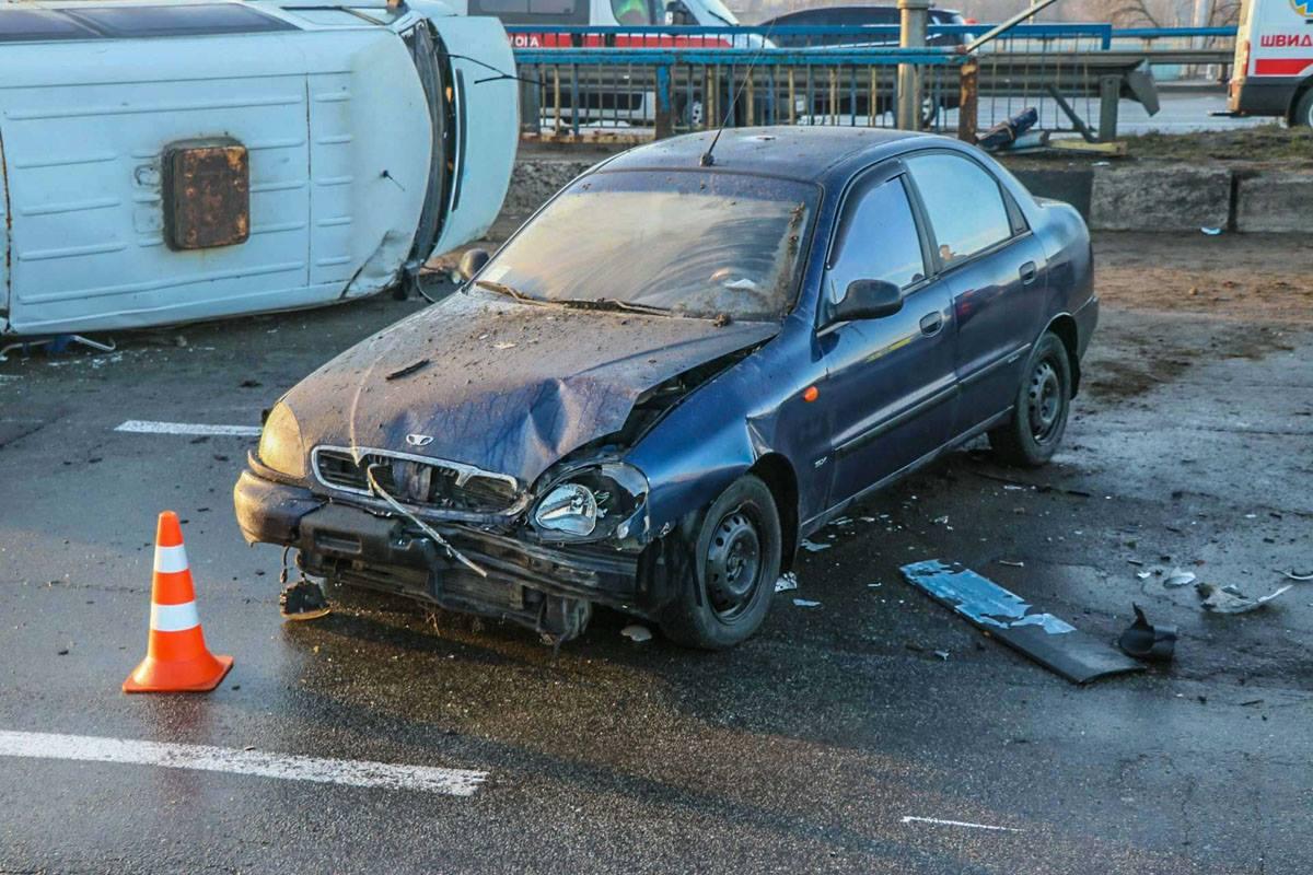Daewoo Lanos врезался в движущийся по встречке Mercedes S500.