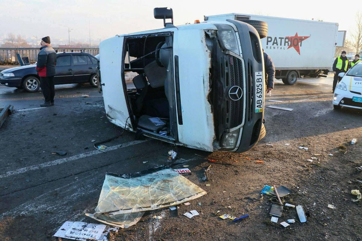 Пассажиры, которые получили менее серьезные травмы, помогали другим пассажирам выбраться из авто.