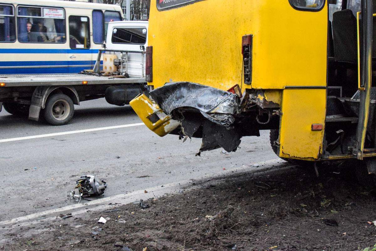 У автобуса повреждена задняя часть
