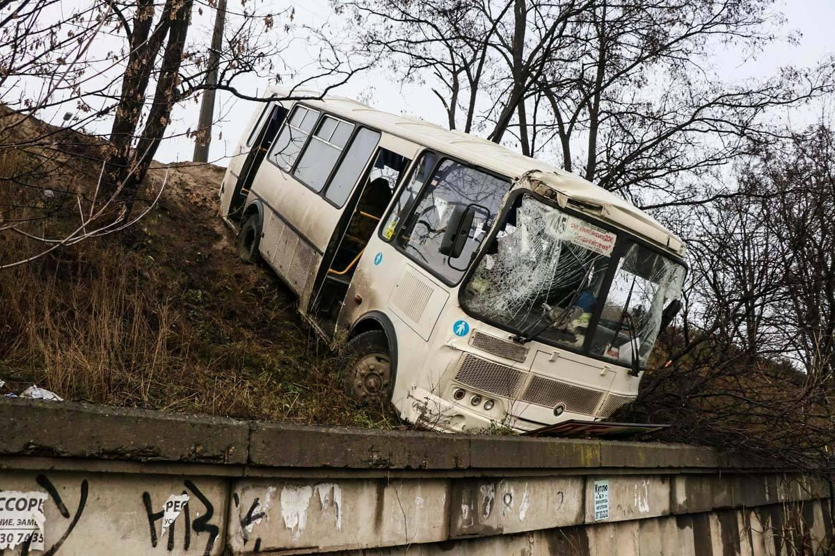 Если бы не бетонный отбойник, автобус бы вынесло на проезжую часть