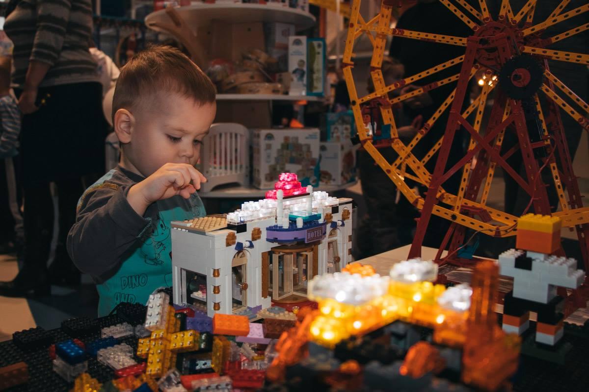 Все желающие могли бесплатно сложить конструктор Лего