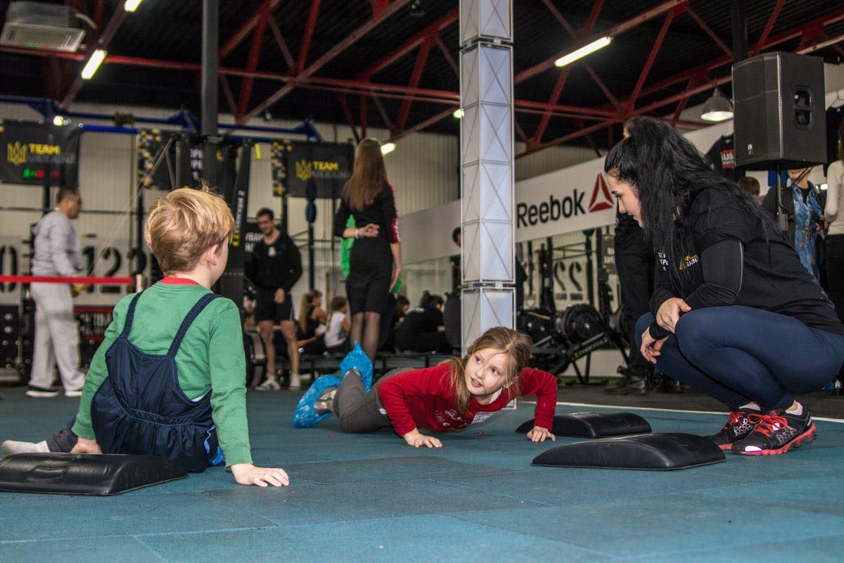 Деток на соревнованиях учили отжиматься