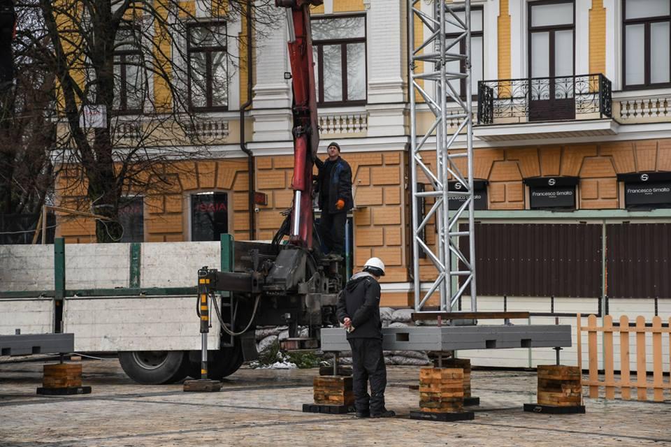 В Киеве началась установка каркаса для главной елки страны на Софиевской площади