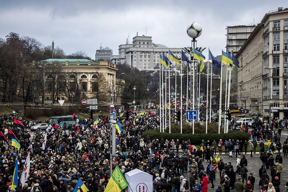 Митингующие сходятся к главной сцене на Европейской площади