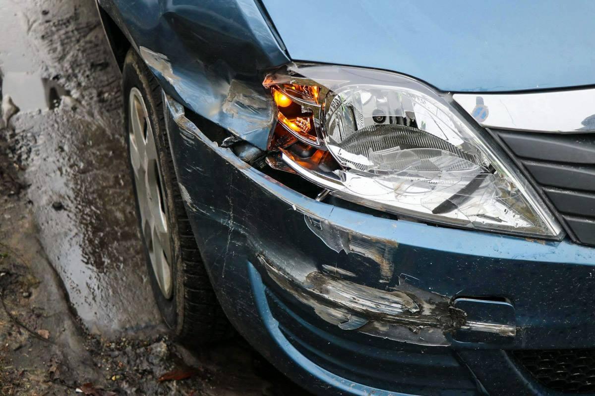 У машины повреждены правое переднее крыло, фара и бампер
