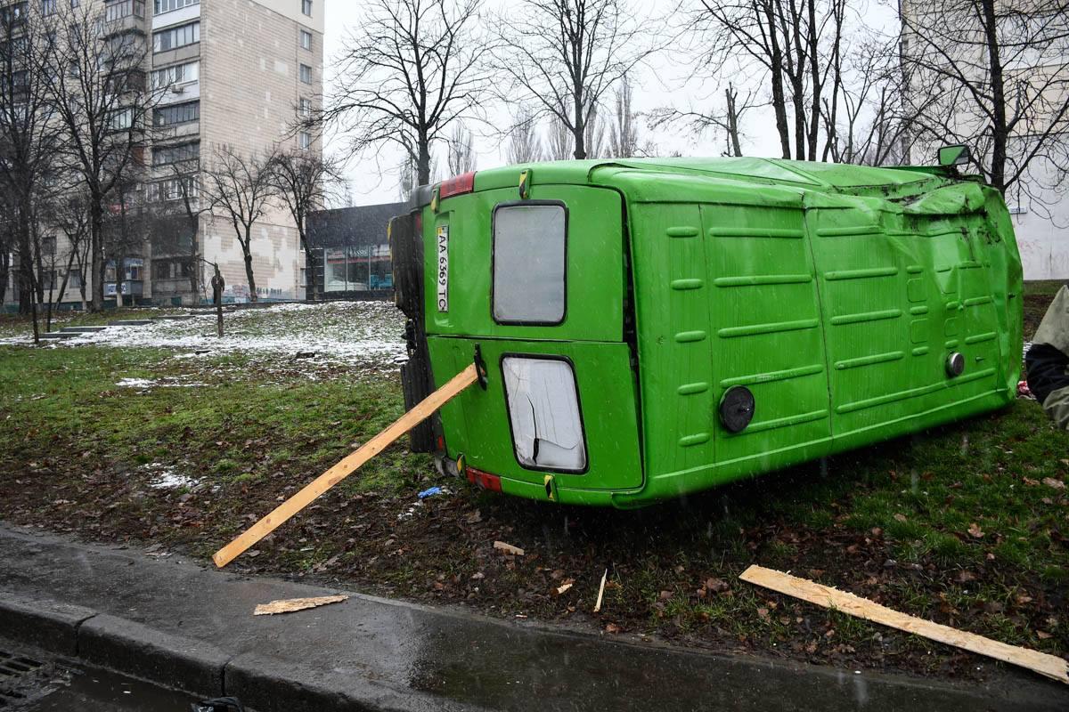 Mercedes выбросило на тротуар после столкновения
