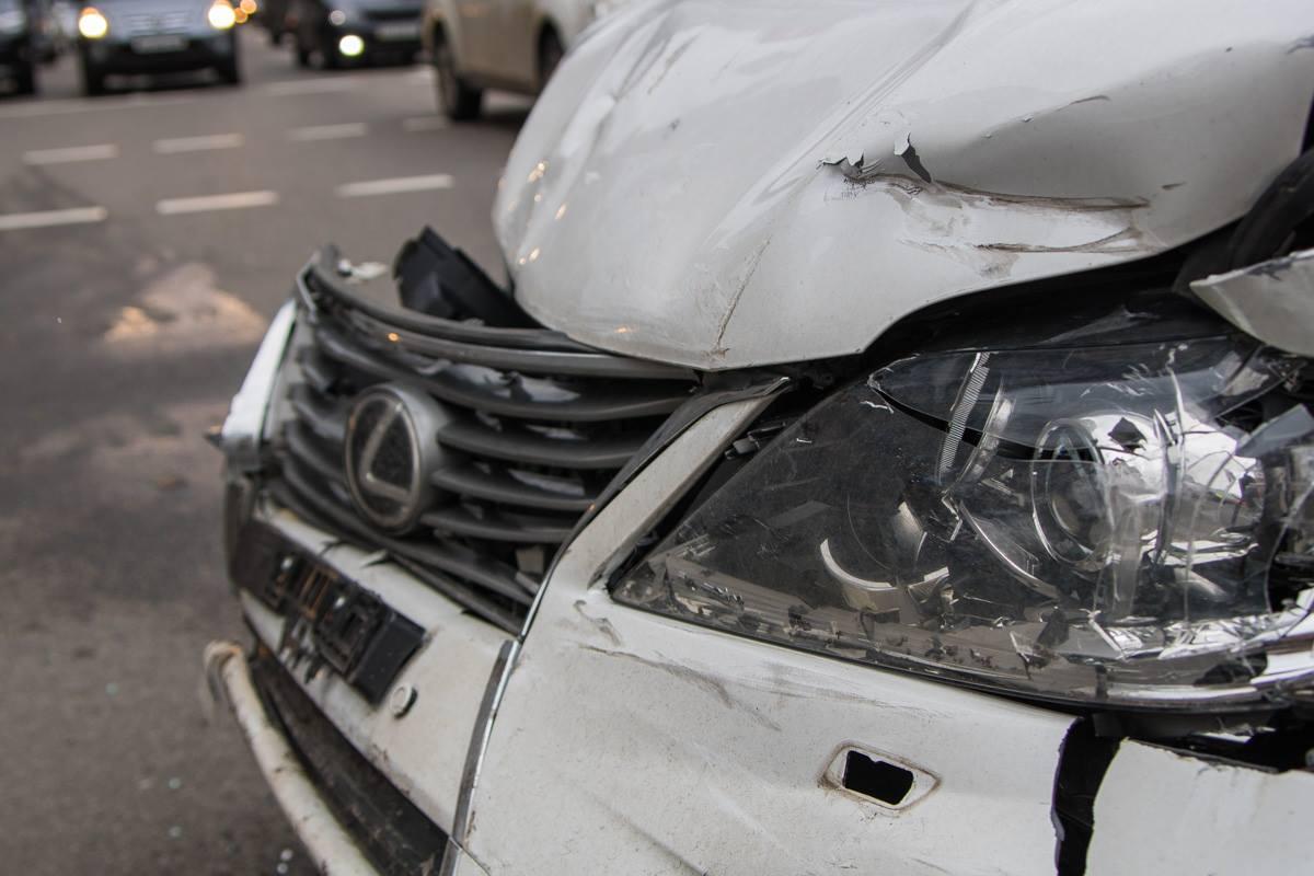 У Lexus разбита передняя правая часть