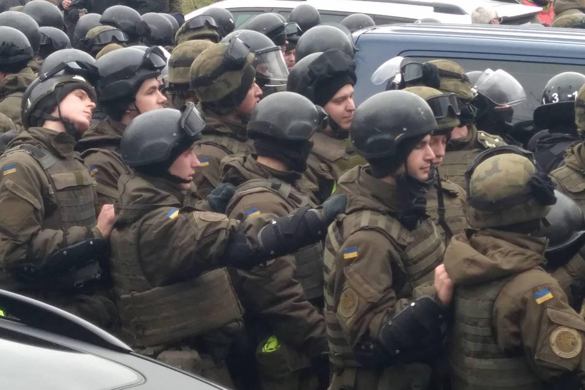 Силовики, пытающиеся прорвать оцепление из сторонников Саакашвили