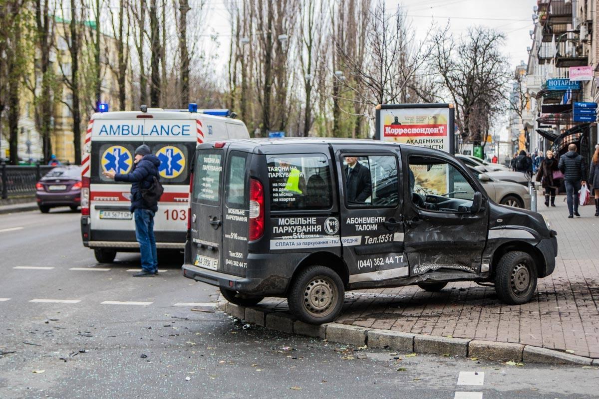 Fiat из-за удара вылетел на тротуар