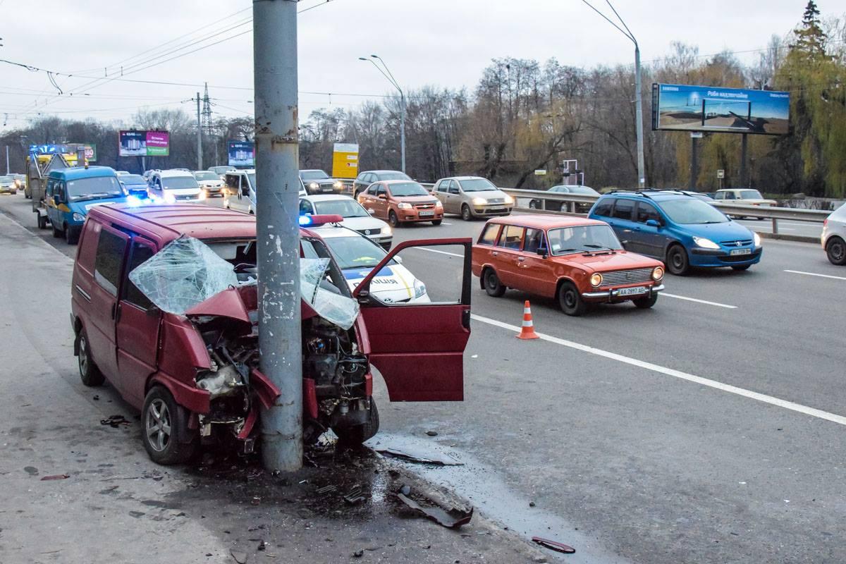 В самом автомобиле остались следы крови на подушке безопасности и сидении