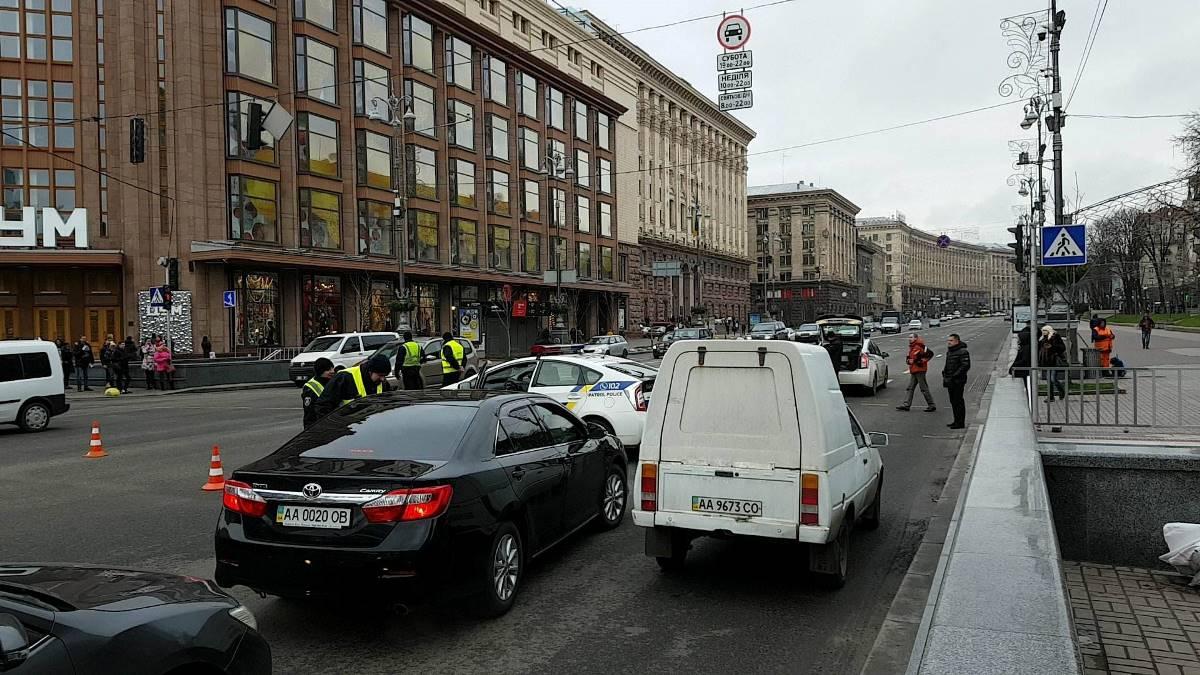 Возле Киевской администрации проверяют машины и спрашивают водителей куда они едут