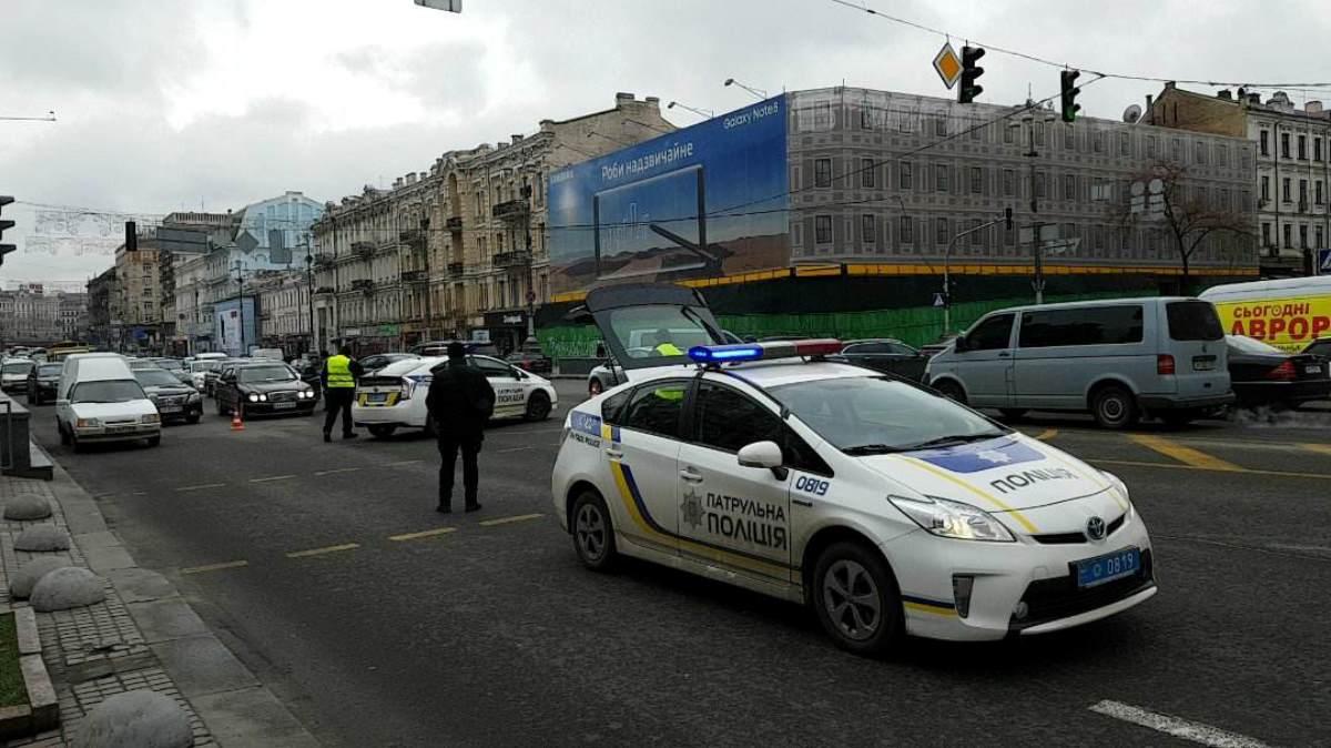 Патрульные регулируют движение на Крещатике, некоторые машину пускают в сторону от ЦУМа к Майдану