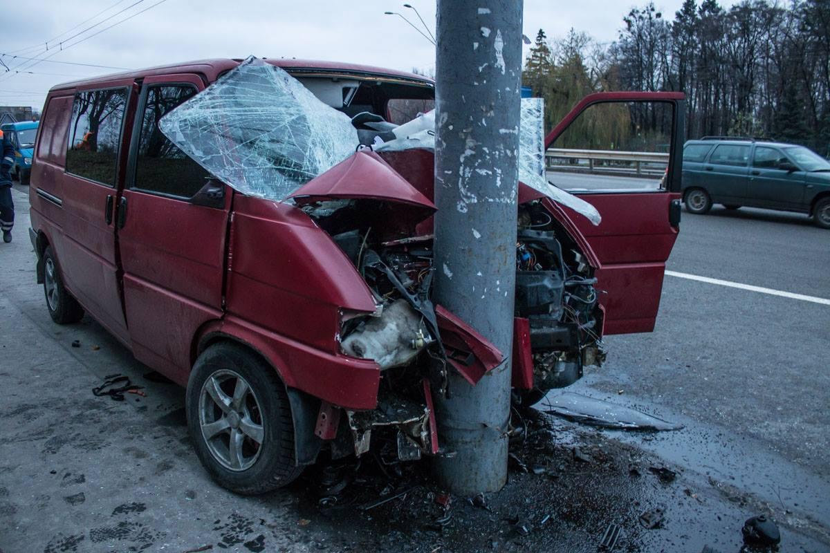 У Volkswagen Transporter повреждены капот, бампер и оба крыла