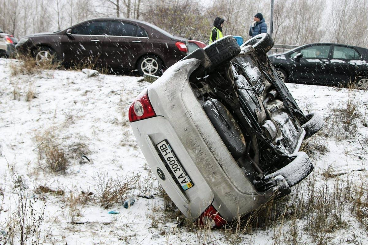 Помог пострадавшим водителю и пассажиру случайный прохожий
