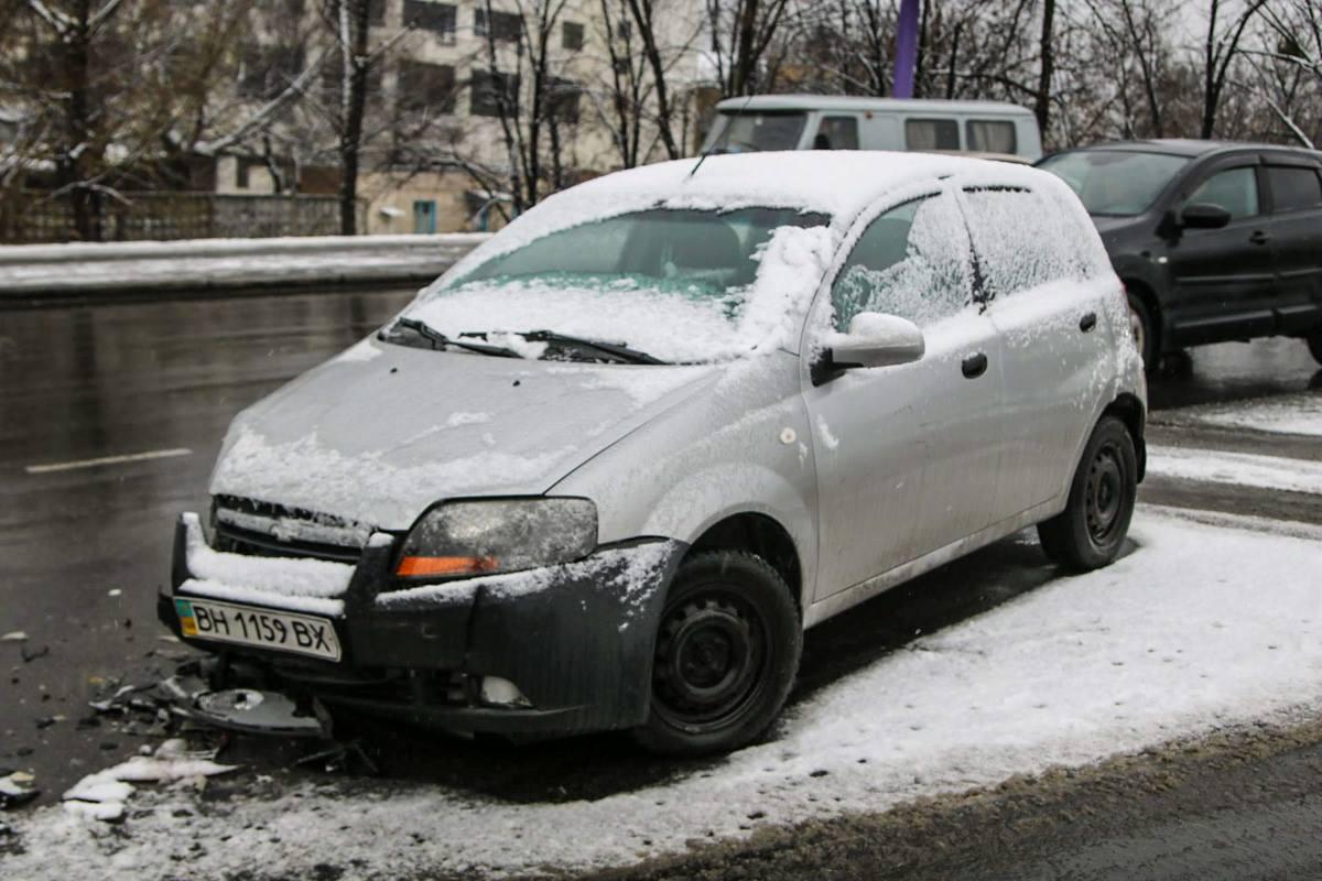 Рядом сChevrolet разбросаны разбитые части авто после столкновения