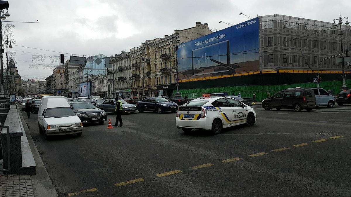 Также стоит движение на участке Крещатика от Бессарабской площади до ЦУМа