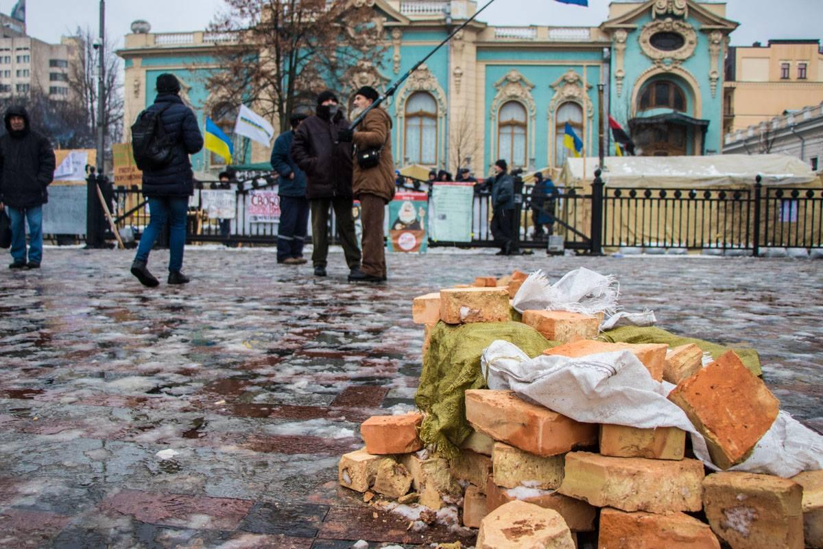 Сейчас на Грушевского относительно спокойно, но перед Радой уже лежат камни