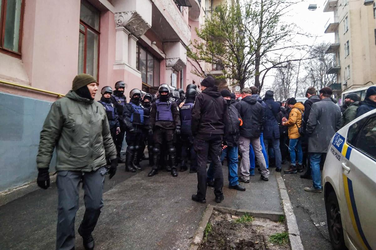 Люди в балаклавах заблокировали все выходы из здания