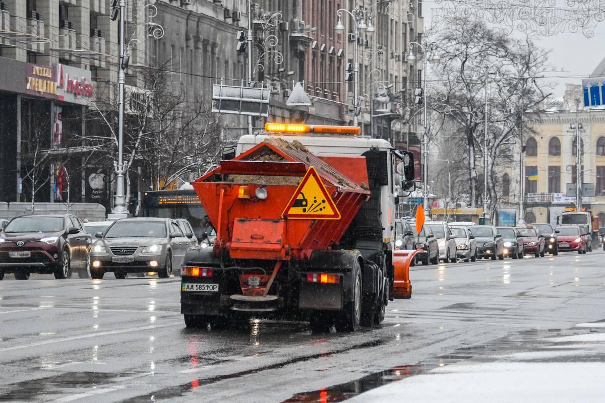 Обезопасить улицы города сегодня, 6 декабря, выехало 158 единиц спецтехники