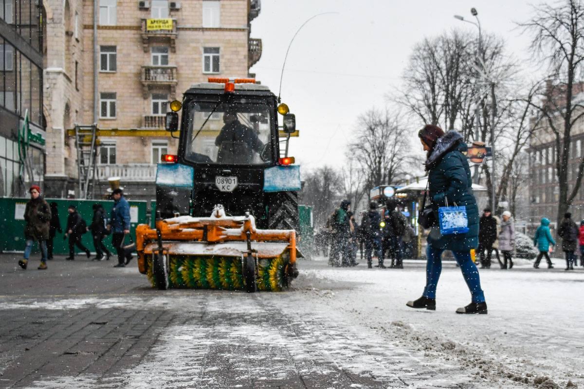 Дорожные спецмашины расчищают дороги
