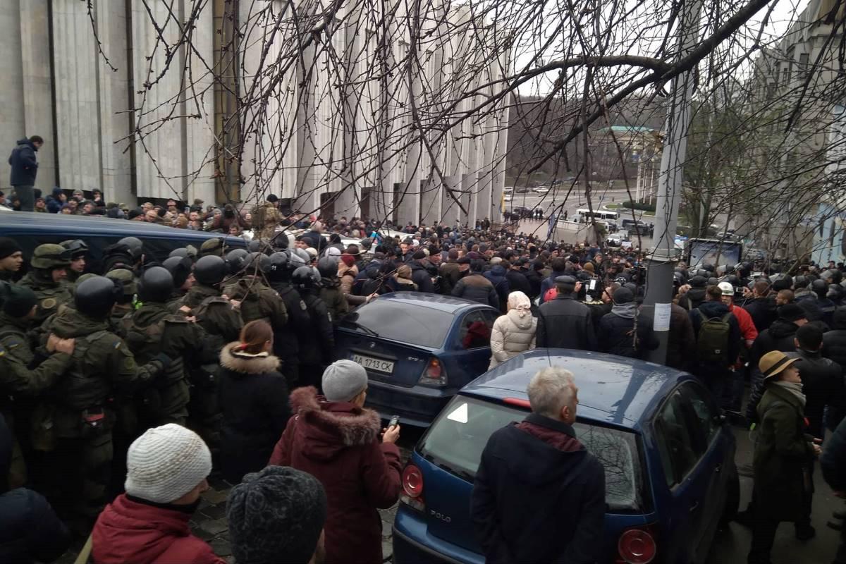 Саакашвили находится в синем бусике. Его сторонники не дают машине уехать