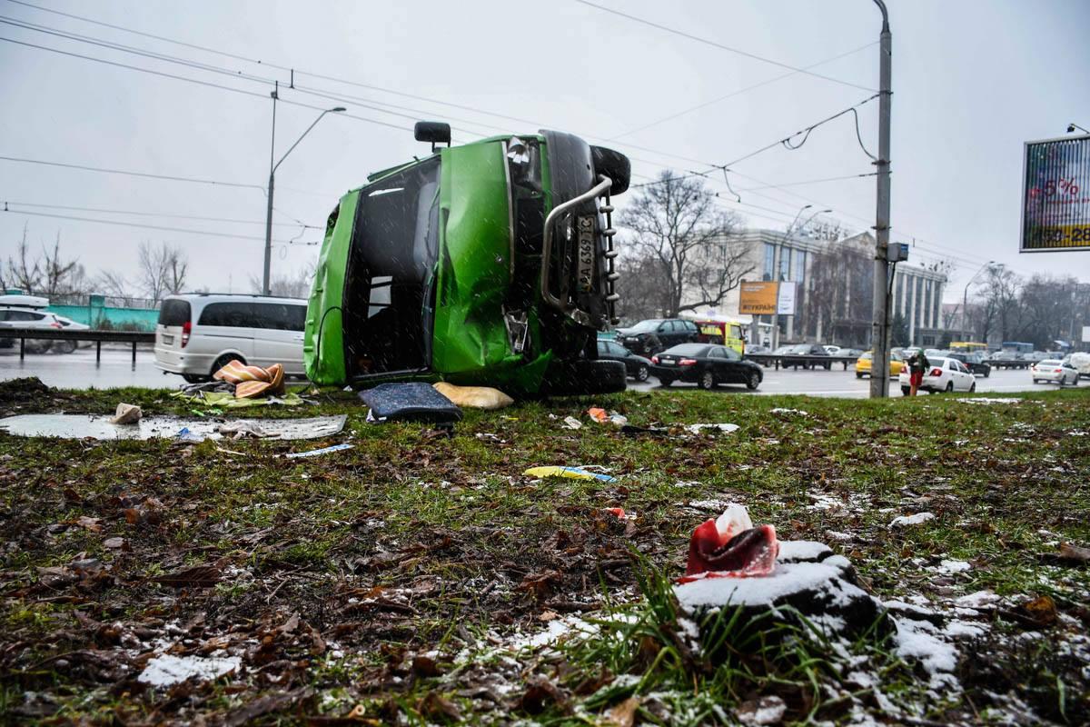 Двое пассажиров микроавтобуса получили повреждения