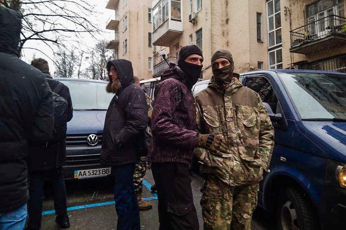 Активисты не дают забрать Михаила Саакашвили