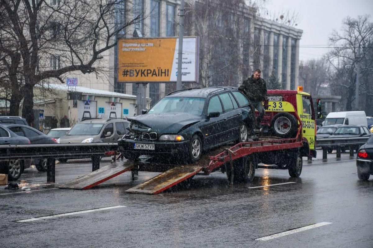 За BMW, который выбросило на встречку, выехал эвакуатор