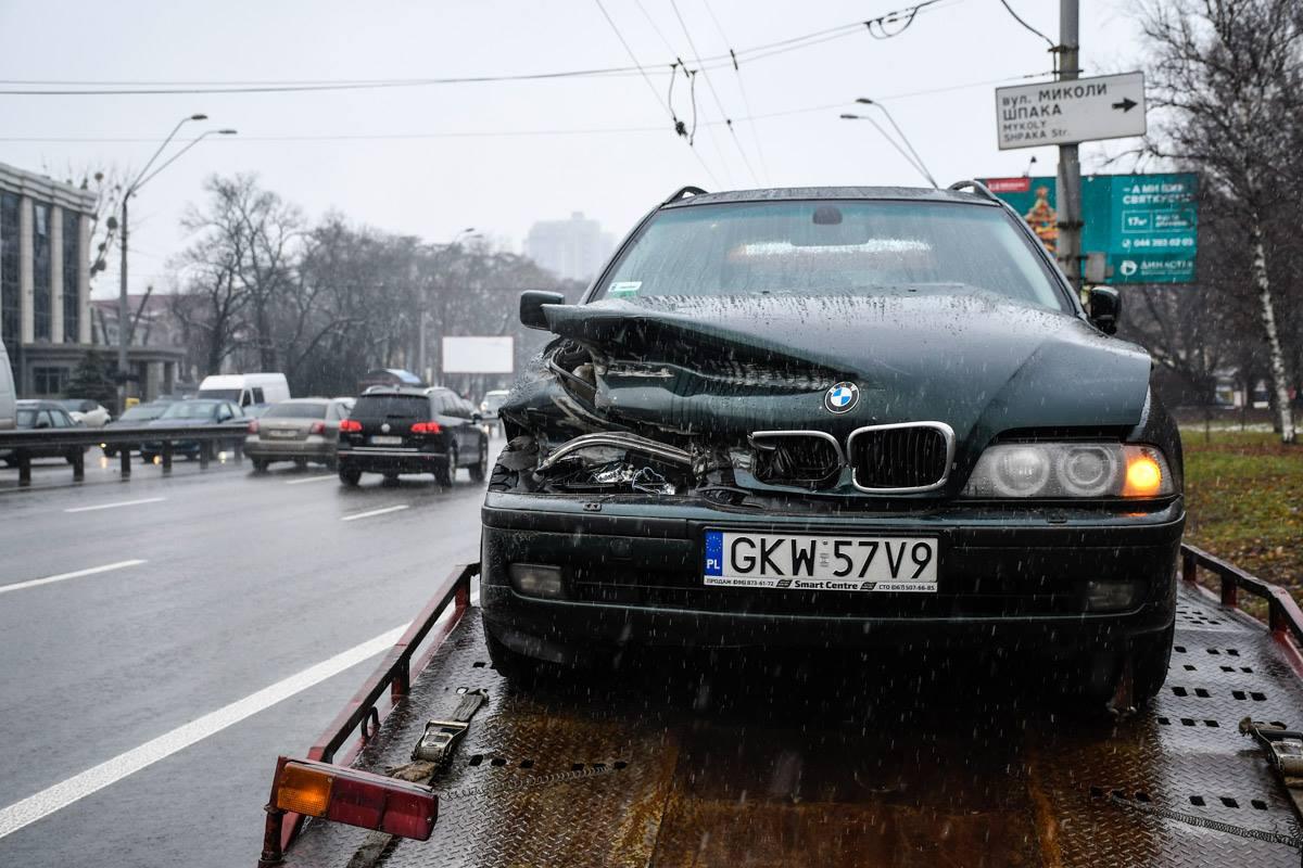 У BMW разбита передняя часть корпуса