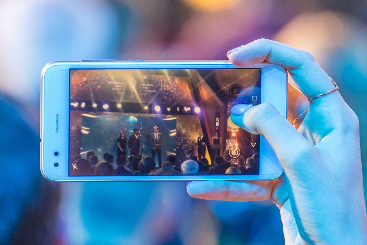 Зрители даже показывали в прямом эфире церемонию в своих соцсетях