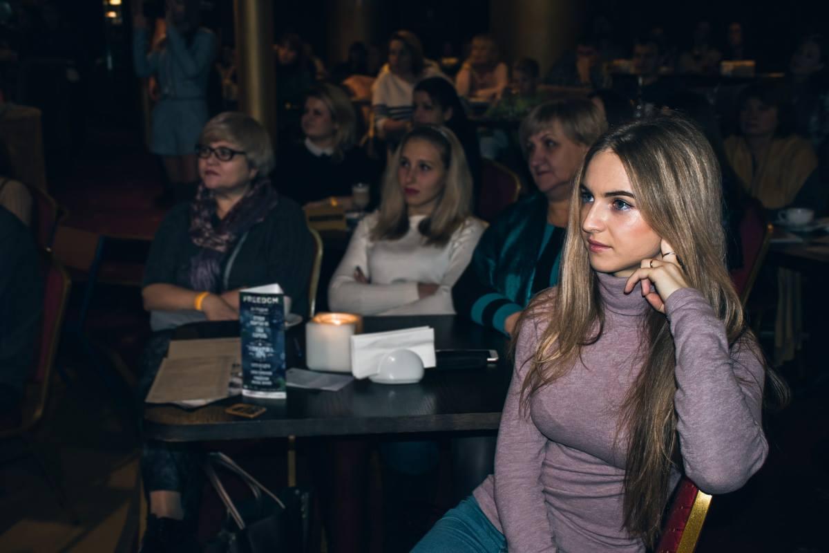 Фанаты телепередачи внимательно слушали Дмитрия Комарова
