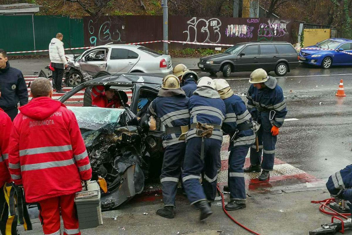 Водителя Chevrolet достали спасатели