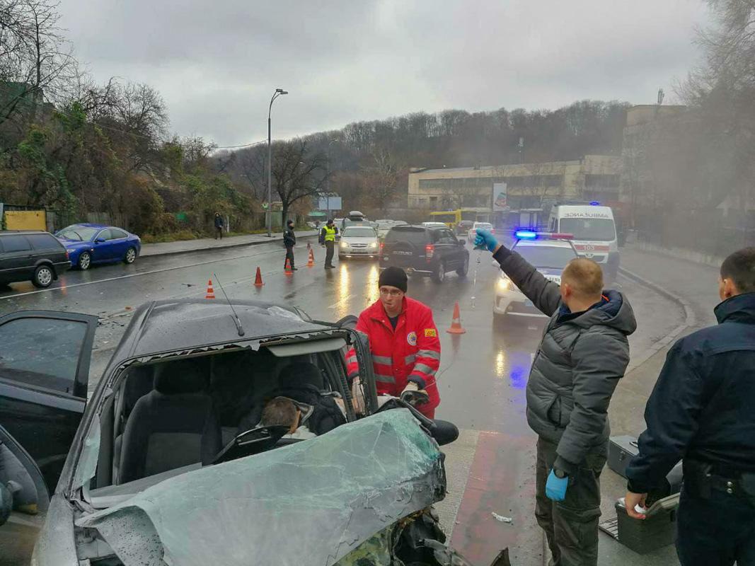Медики более 10 минут спасали зажатого водителя, пока не приехала ГСЧС