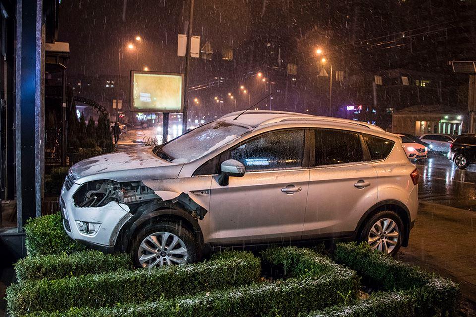 В Киеве Ford вылетел на клумбу и чуть не снес витрину магазина