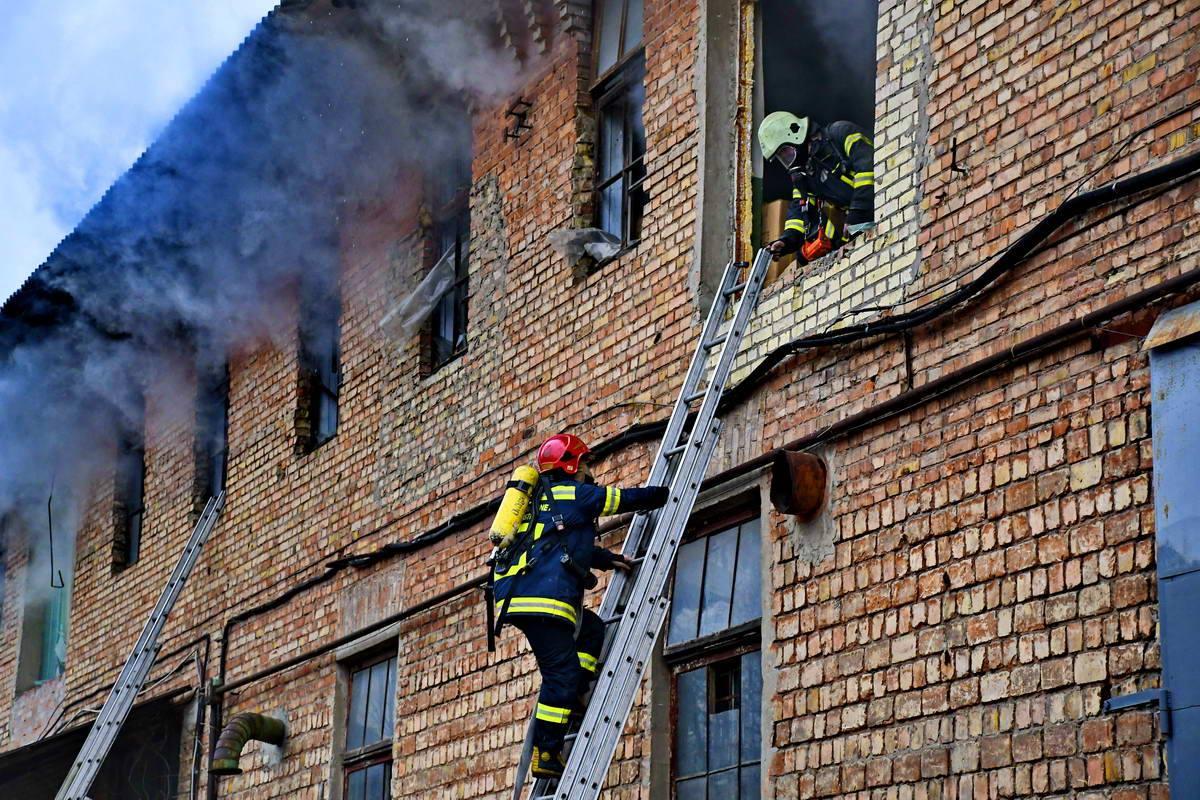 Огонь распространился на весь второй этаж