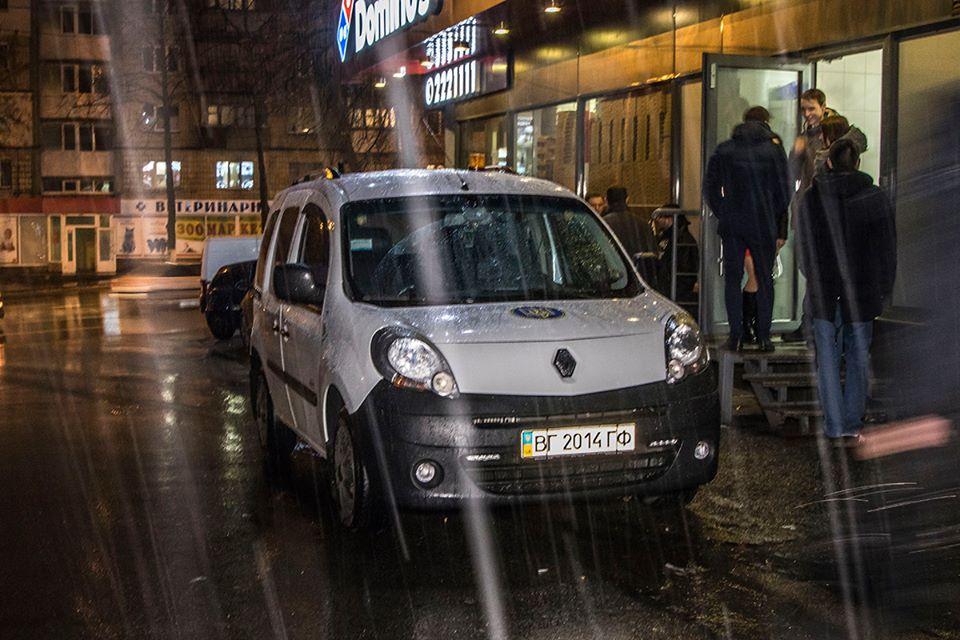 Возле заведения Domino's Pizza на Васильковкой, 8-А произошла стрельба