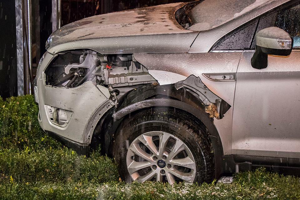 У Ford разбита левая часть переднего бампера