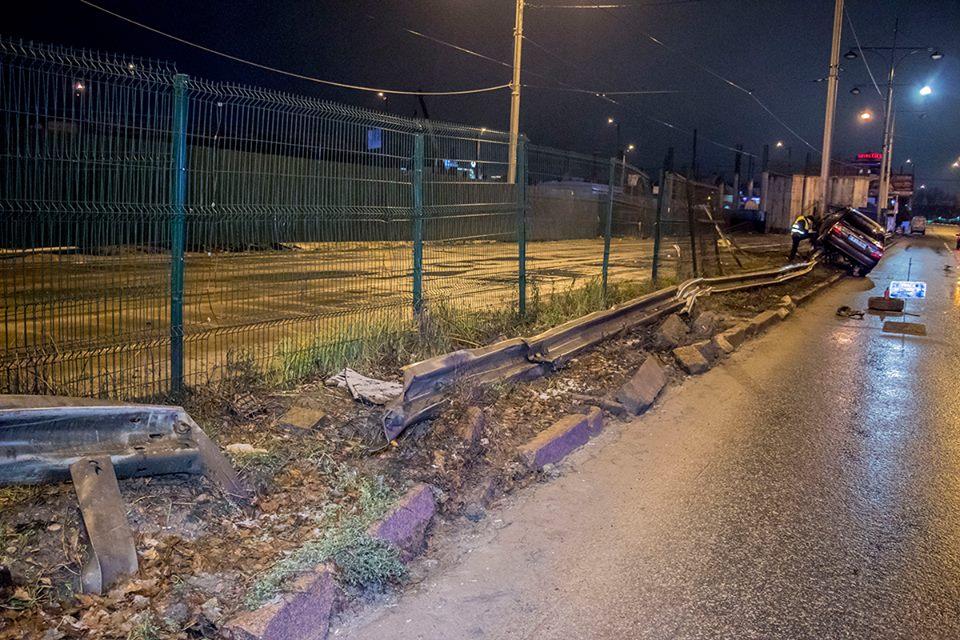 Автомобиль снес около 40-ка метров отбойника, а затем - несколько метров забора, ограждающего трамвайные пути