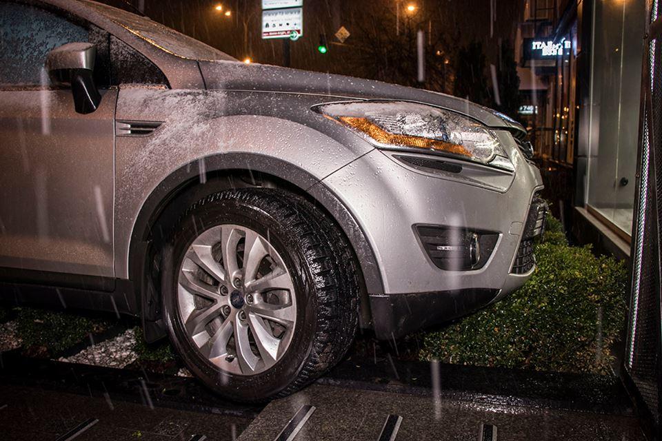 Чтобы не врезаться в Volkswagen Passat, водитель джипа резко свернула направо и оказалась прямо перед витриной магазина