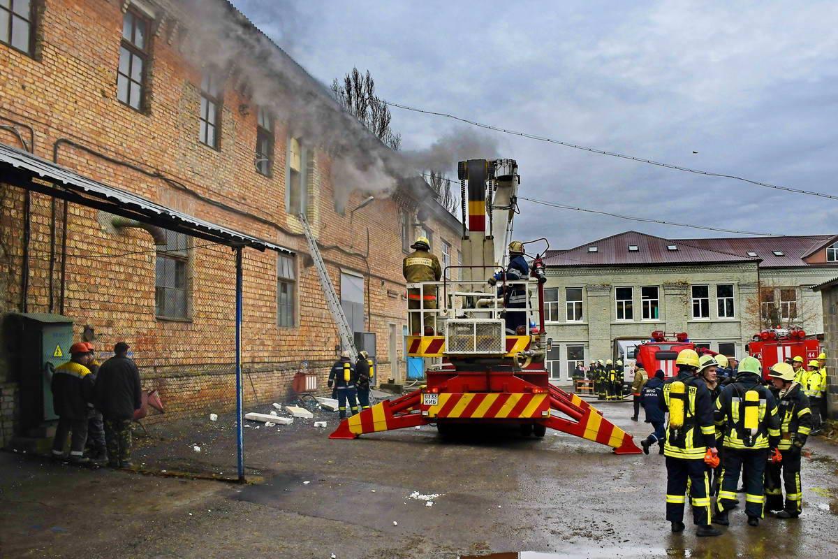 Для борьбы с огнем подогнали пожарный кран