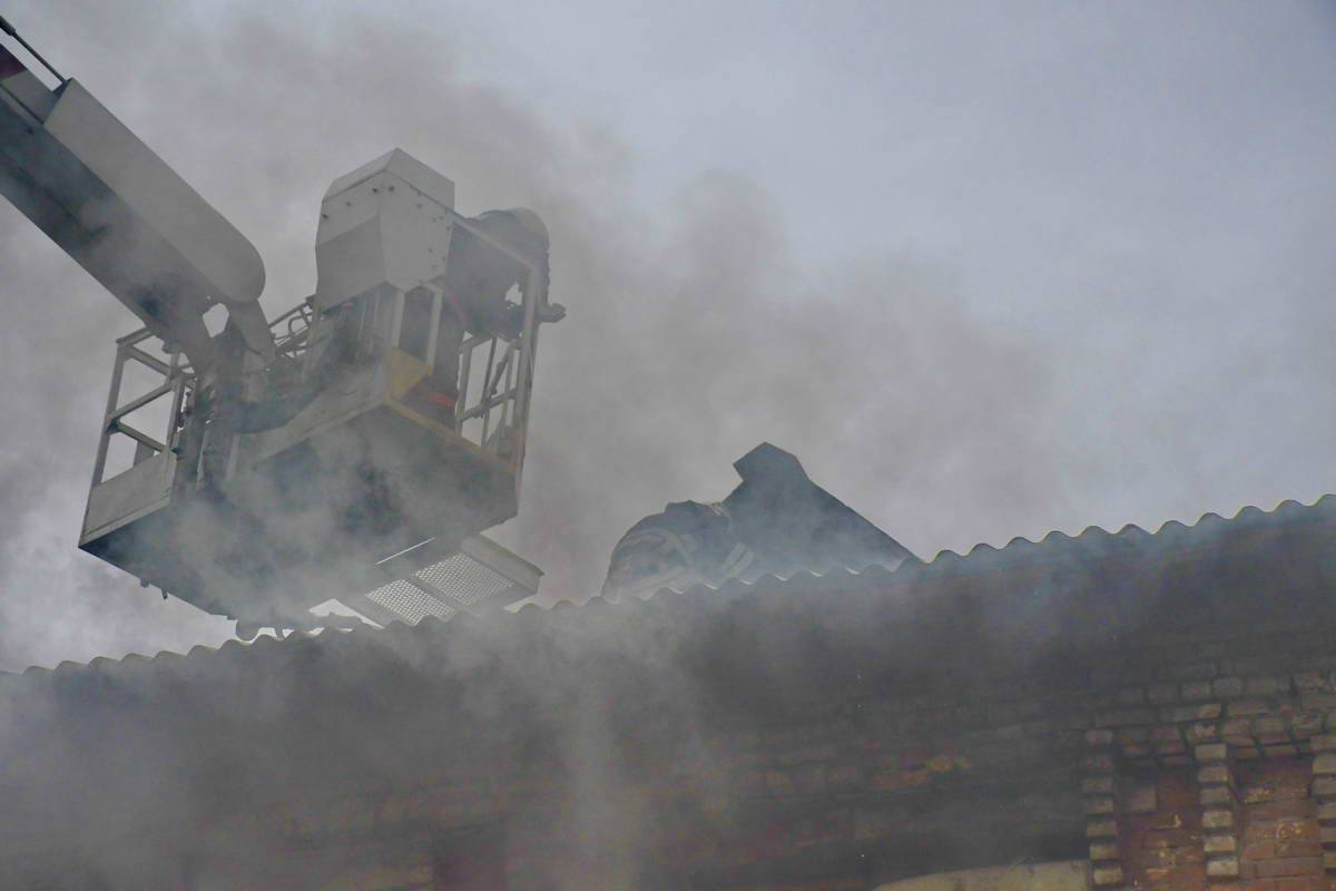 С дымом пожарные боролись в течение часа