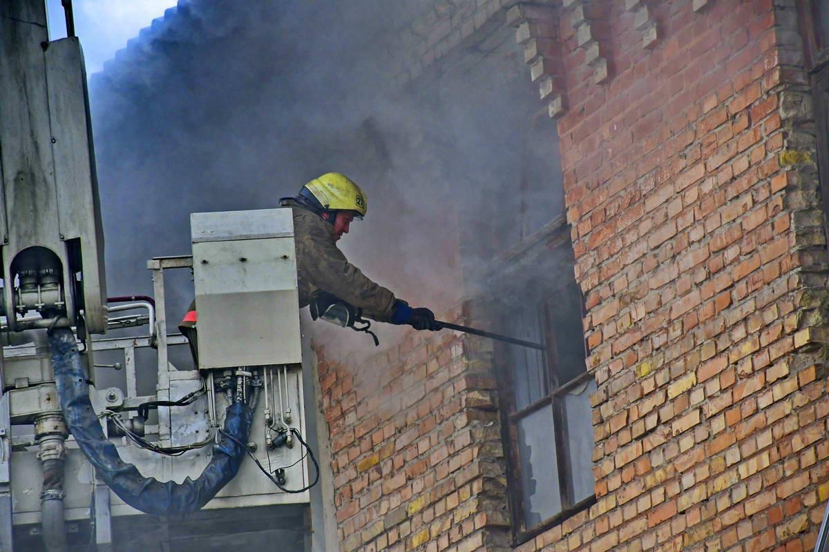 Для ликвидации пожара пришлось разбить несколько окон на втором этаже здания