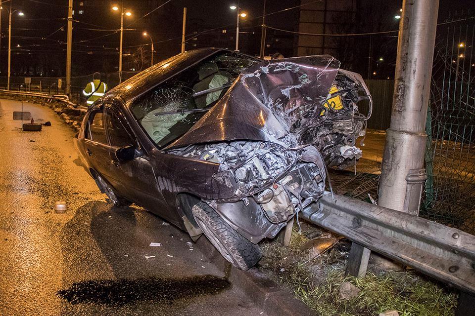 Водитель Toyota Camry потерял управление и вылетел на отбойник